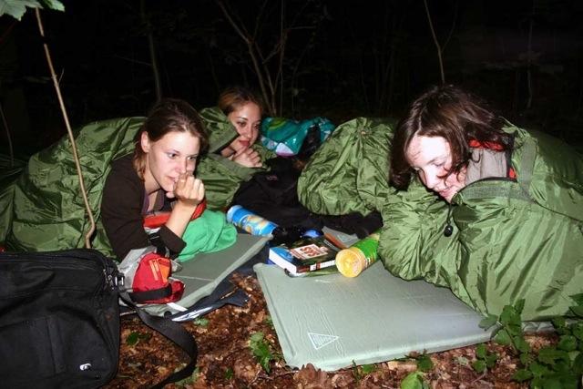 Lekker in de regen overnachten in een bos met Esther