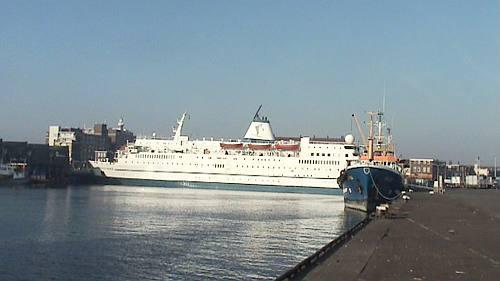 het enorme schip Logos Hope aan de Vissershavenweg