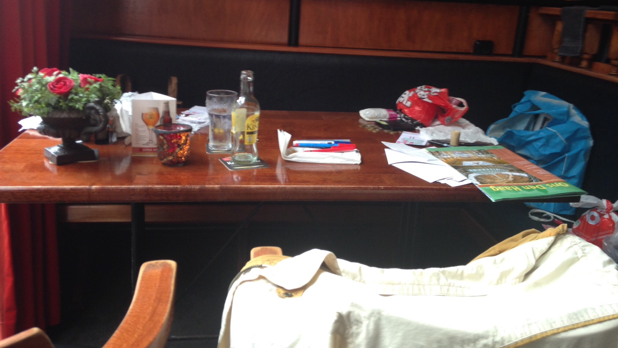 De man aan de tafel