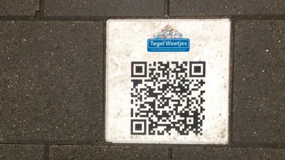 Deze QR-code op de tegel maakt een hoop duidelijk van de omgeving
